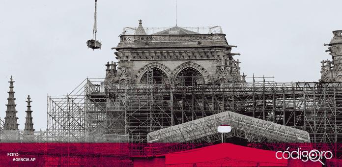 Una grúa retira andamios en la catedral de Notre Dame, el lunes 8 de junio de 2020, en París. Los trabajos de restauración se reanudaron luego de una pausa debido al coronavirus.