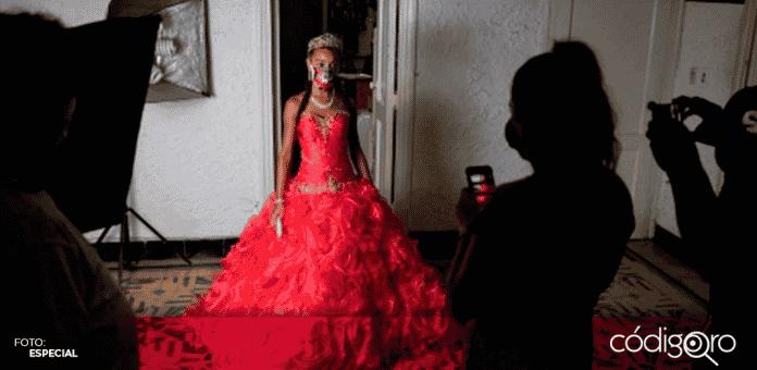 En Cuba el cubrebocas se ha vuelto un artículo de moda para las quinceañeras, quienes en sus sesiones fotograficas han decidido implementarlos a manera de que combinen con sus atuendos
