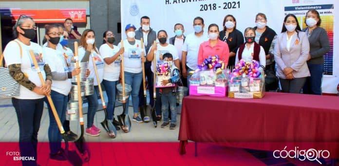 La presidenta municipal de Guaymas, Sonora, entregó palas y cubetas a mujeres que buscan a personas desaparecidas. Foto: Especial