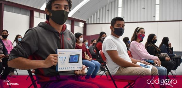 Alumnos de la UAQ recibieron tabletas por parte de las autoridades municipales de Ezequiel Montes. Foto: Especial