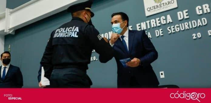 El alcalde de Querétaro, Luis Bernardo Nava Guerrero, entregó grados s 80 policías municipales. Foto: Especial