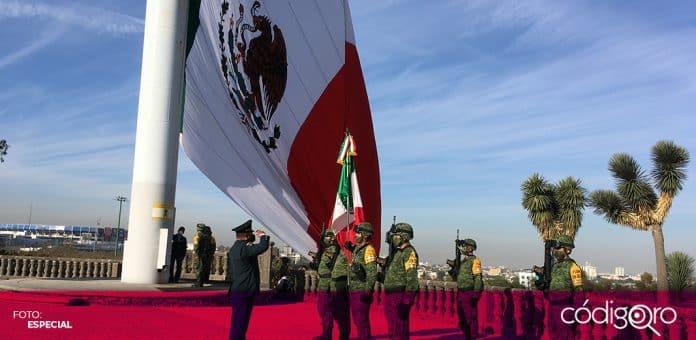 El secretario de Educación del estado de Querétaro encabezó la ceremonia conmemorativa por el Día de la Bandera. Foto: Especial