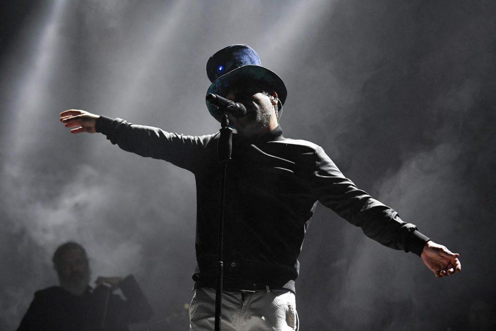 Pese a pandemia, 5 mil personas asisten a concierto de rock en Barcelona