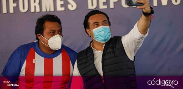 El presidente municipal de Querétaro, Luis Bernardo Nava Guerrero, entregó más de 8 mil uniformes. Foto: Especial