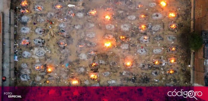 Los estacionamientos de la ciudad de Nueva Delhi, capital de la India, se han convertido en crematorios. Foto: Especial