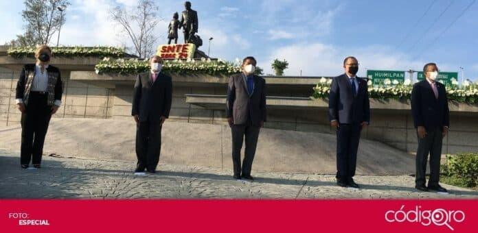 Con motivo del Día del Maestro, realizaron una guardia de honor en el monumento a Andrés Balvanera. Foto: Especial
