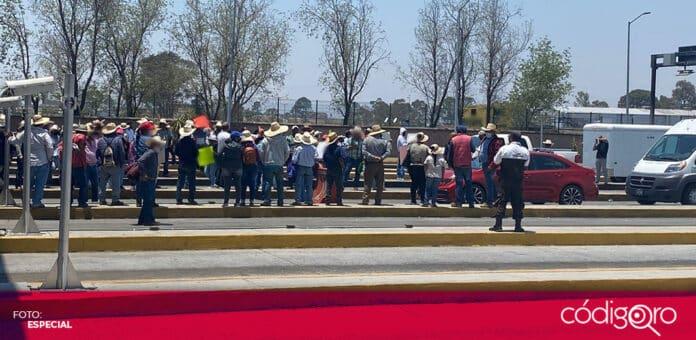 Campesinos de Hidalgo y Estado de México cerraron la caseta de Palmillas en protesta por el vuelo de avionetas que impiden la lluvia. Foto: Especial