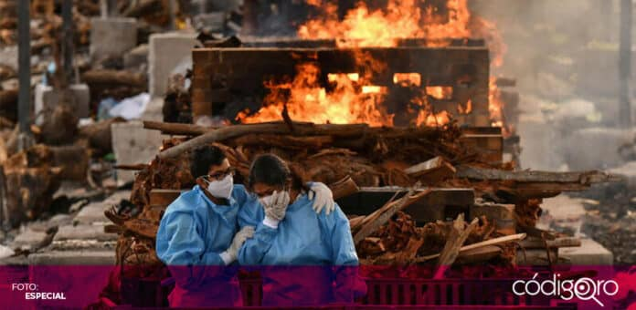 La India sigue reportando más de 300 mil casos y 4 mil muertes diarias por COVID-19. Foto: Especial