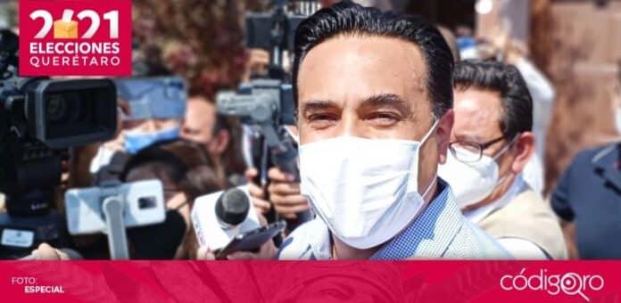 El candidato común del PAN y QI a la presidencia municipal de Querétaro, Luis Bernardo Nava Guerrero, emitió su voto. Foto: Especial