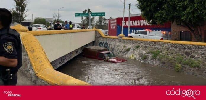 Tras la lluvia, una camioneta quedó atrapada dentro del canal de la colonia Casa Blanca. Foto: Especial