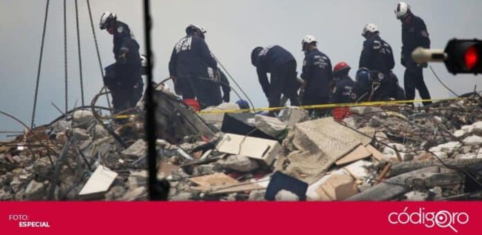 Rescatistas mexicanos e israelíes laboran en el edificio colapsado en Florida. Foto: Especial