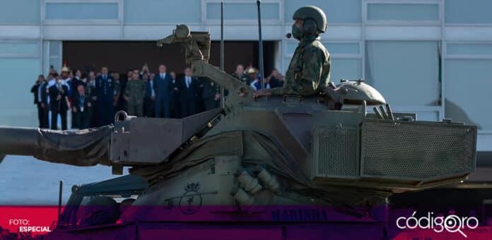 El presidente de Brasil, Jair Bolsonaro, encabezó un inusual desfile militar en la ciudad de Brasilia. Foto: Especial