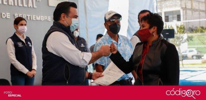 El presidente municipal de Querétaro, Luis Bernardo Nava Guerrero, entregó títulos de propiedad a habitantes de El Romerillal. Foto: Especial